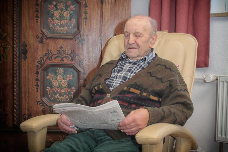 Senior beim Zeitunglesen